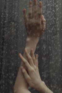 Ducha con unas manos de mujer